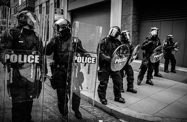 policie se štíty