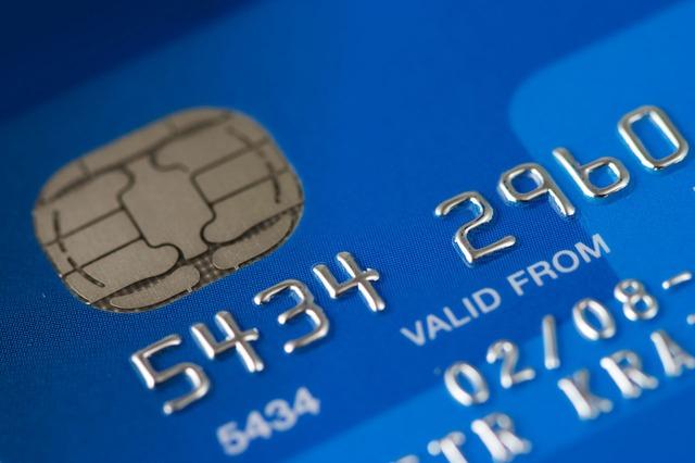 Neplaťte zbytočné poplatky pri používaní platobnej karty