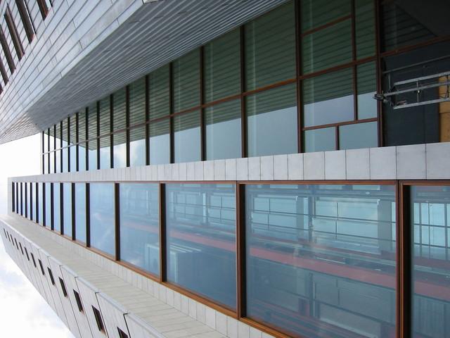 Budova s presklenými stenami na dvoch poschodiach.jpg