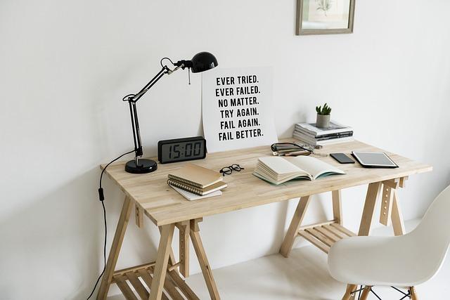 písací stôl, stolička, lampa.jpg