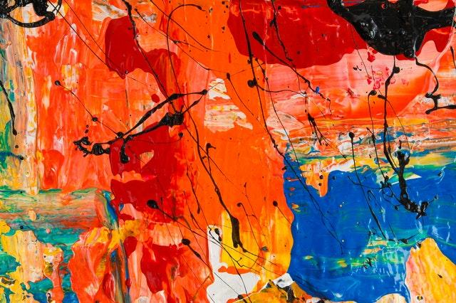 Oranžová, červená, čierna a modrá farba na stene