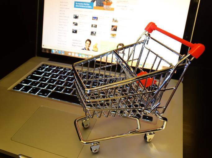 Notebook a miniatúrny nákupný košík.jpg
