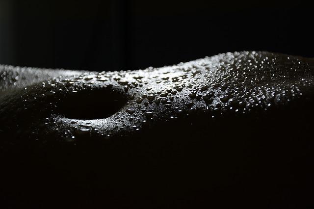 Ženská pokožka posiata kvapkami vody.jpg
