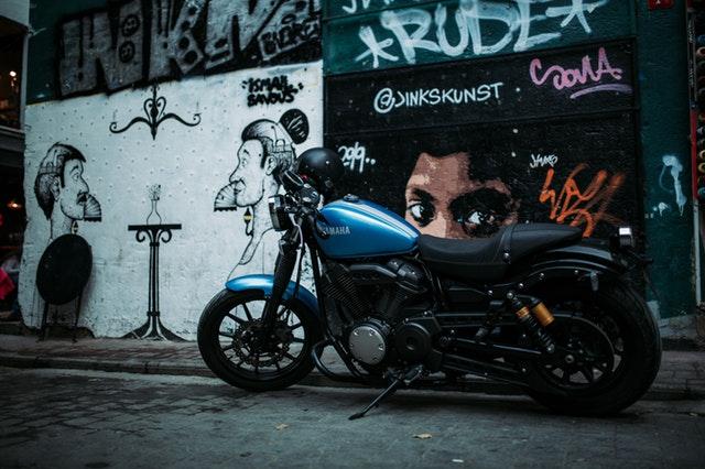 zaparkovaná modrá motorka